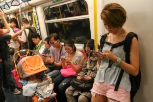 28006396-i-passeggeri-non-identificati-usano-i-loro-cellulari-in-un-treno-della-metropolitana-telefoni-cellul
